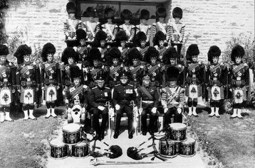 Pipes and Drums of the 2nd Battalion, The Regiment of Canadian Guards, May 1965, at Camp Petawawa. Here, the large buckles exhibit the regimental badge.