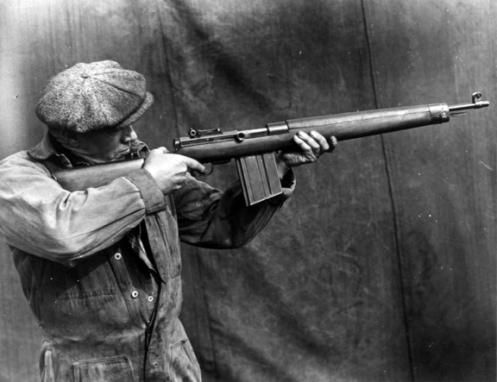 Test firing SAL's 7.92-mm self-loading rifle. MilArt photo archives
