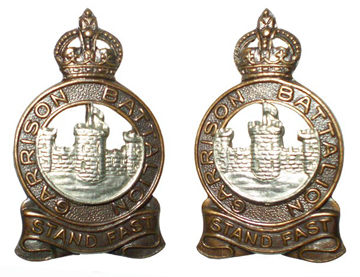 Examples of an officer's cap badge and collar badges.